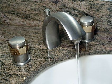Bathroom Sink Faucet on Bathroom Faucet On Granite Countertop With Undermount Porcelain Sink